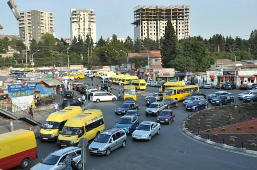 Tbilisi. Didube. Ważne miejsce. Jest tu targ i masa marszrutek odjeżdżających niemal we wszystkie strony Gruzji.