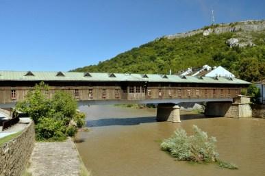 Łowecz nad rzeką Osym na przedgórzu Bałkanów. Słynie z mostu zwanego: Pokritija most (Zakryty most, 116m długości). Niegdyś był bazarem zaopatrującym mieszkańców miasta w przedmioty użytku codziennego, ubrania i żywność. Obecnie zawiera kramy z pamiątkami.