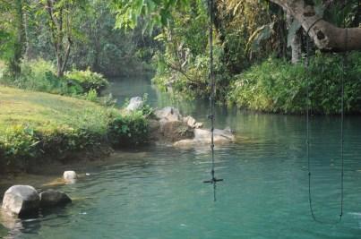 Blue Lagoon przy jaskini Tham Poukham.