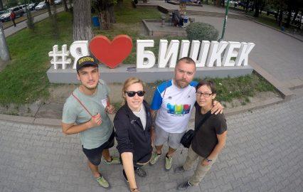 Biszkek. Blogerzy źle o nim piszą, że należy się tu tylko przesiąść i szybko uciekać. A nam znów w takim mieście się podobało!