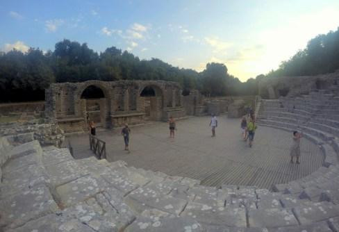 Amfiteatr z IV-III w.p.n.e w świetle zachodzącego słońca. Wówczas stanowił sanktuarium, gdzie czczono greckiego boga medycyny – Asklepiosa i dzięki czemu stanowił znany ośrodek leczniczy.