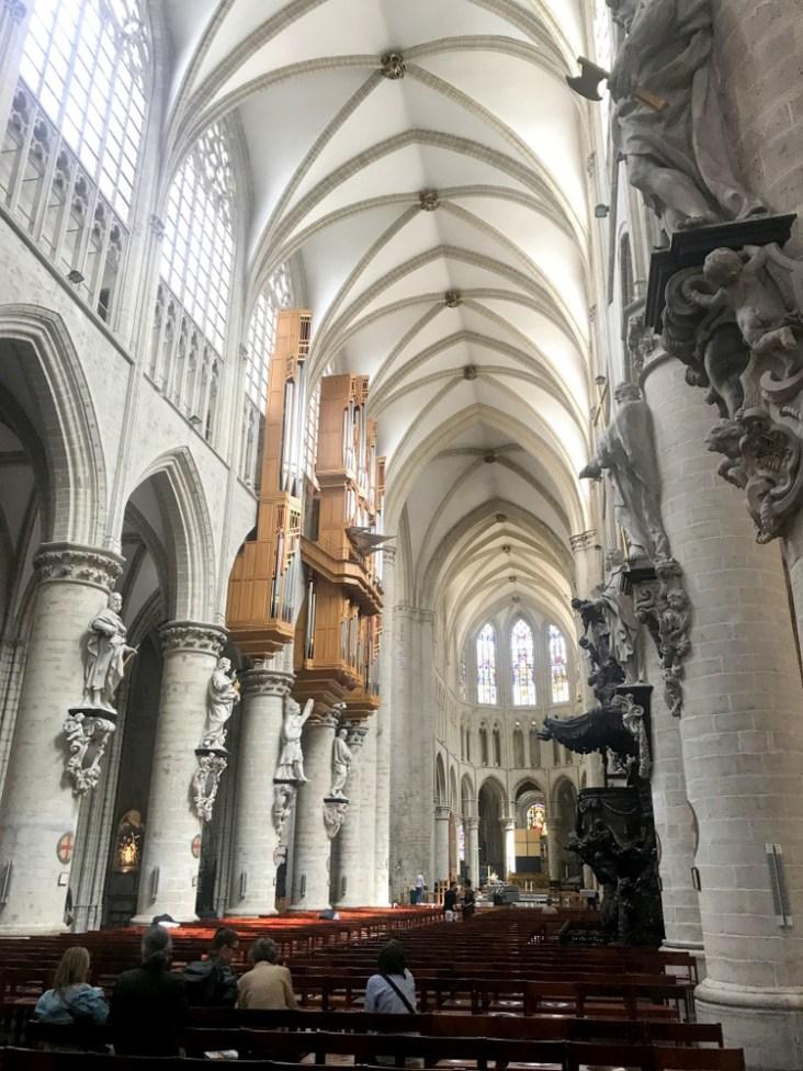 """Organy, nie dość, że znajdują się na lewej ścianie katedry, to są zawieszone, a dojście do nich jest jedno - wąziutkim """"krużgankiem"""" tuż pod górnymi witrażami."""