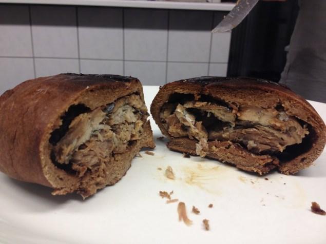 Na targu w Turku nabyliśmy to... muikkukukko. Chleb pieczony z rybkami muikku. Odrzewa się w piekarniku i konsumuje na ciepło.