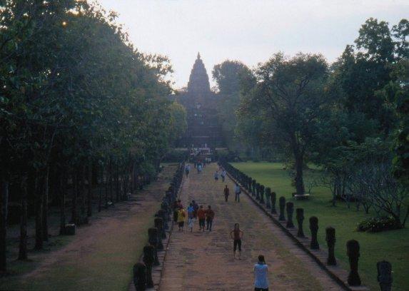 Khorat - Prasat Hin Khao Phanom Rung - replika Angkhor Watu w Kambodży. Długa aleja przeprowadza przez most ze świata ziemskiego do świata boga Siwy.