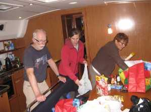 Beim Sortieren und Verstauen der Vorräte unter Deck