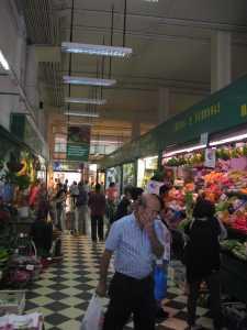 Auf dem überdachten Markt probierten und kauften wir Obst und Gemüse frisch ein.