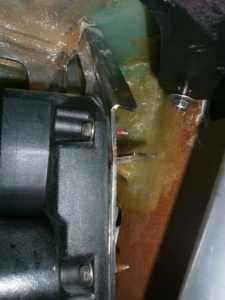 Hier eine Detailaufnahme: Die Schweißnaht des oben rechts befindlichen waagerechten Metallstegs war zum Teil gebrochen und hat die Blockade der Mechanik verursacht.