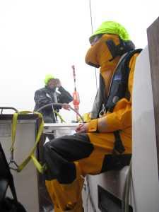 Der Regen war so stark, daß der Steuermann sich die Hand vor die Augen halten mußte.