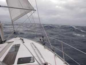 Bei 8 Windstärken und stark gerefften Segeln kamen stark ins Gleiten.