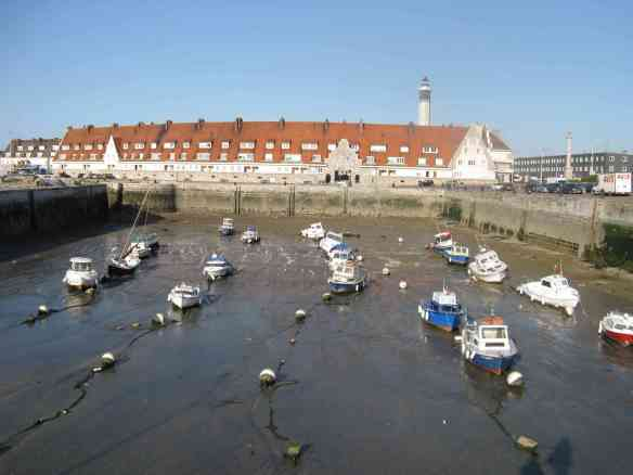 Trockengefallene Boote Calais