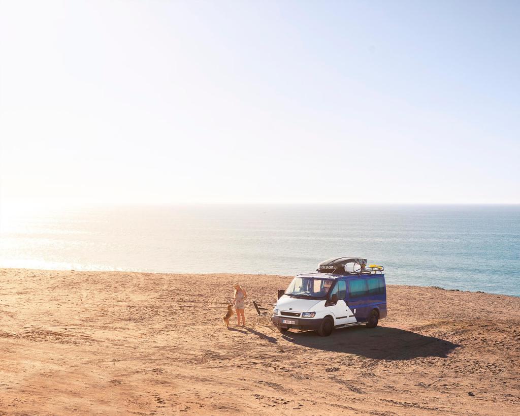 Zelfgebouwde Ford Transit Camper op het strand