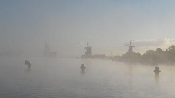 Zaanse Schans in een mistige ambiance vanochtend, sfeervolle foto van Irene de Oude uit Zaandijk.