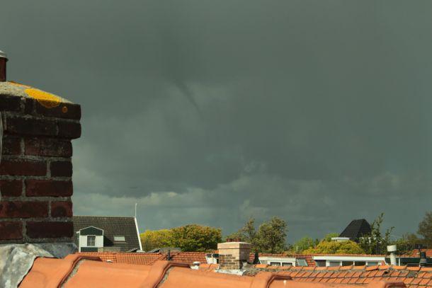 Rond 10:30 uur was boven de Zaandam een 'hoos in de knop' zichtbaar. De trechter reikte tijdelijk tot driekwart de afstand wolk-aarde (bron: Fred Roovers).