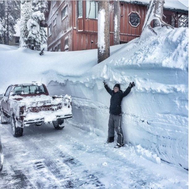 Enorme sneeuwval rond Lake Tahoe, California (bron: Donner Summit Rentals).