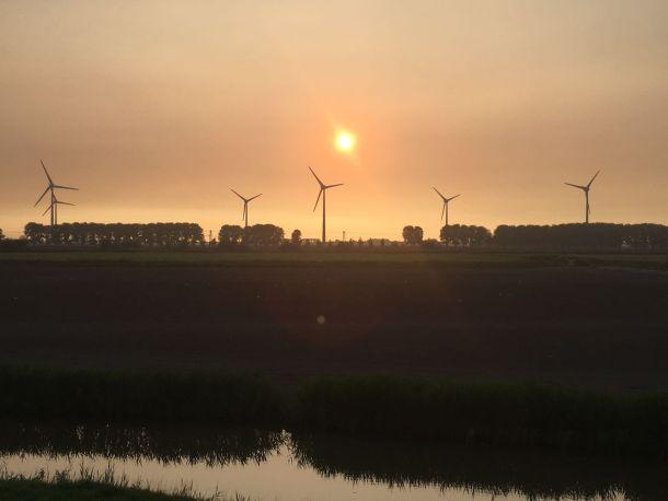 Laagstaande zon lijkt 'ingepakt' te zijn door rook van grote bosbranden in het zuidwesten van Canada. 21-08-18: boven Noord-Holland (bron: Clouds/Nature).