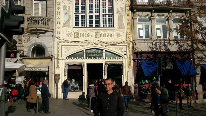 J. A. Ortega a la entrada de la célebre librería Lello e Irmão de Oporto (Portugal)
