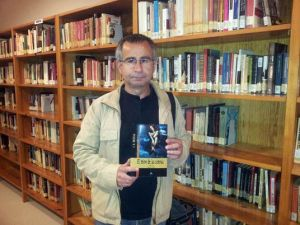 Ortega dona un ejemplar de su último libro al fondo de la Biblioteca Pública Municipal