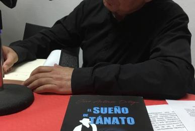 """José Antonio Ortega firmando ejemplares de la novela """"El Sueño de Tánato"""""""