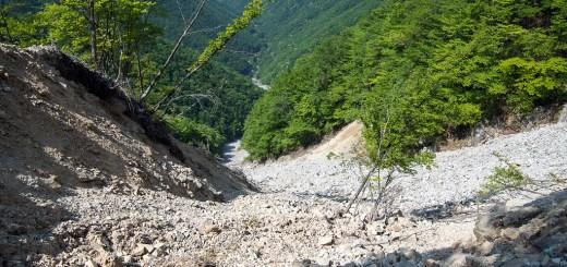 急斜面に浮石が敷き詰められた聖宝谷