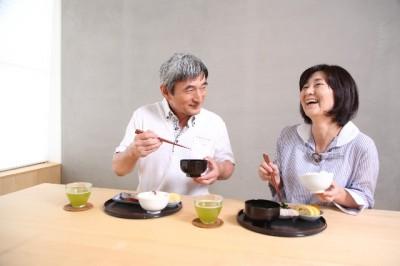 食事するシニア夫婦