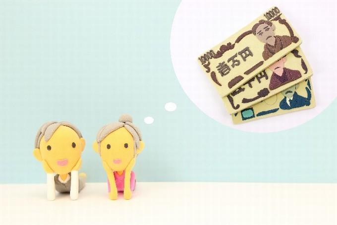 お金をイメージする老人