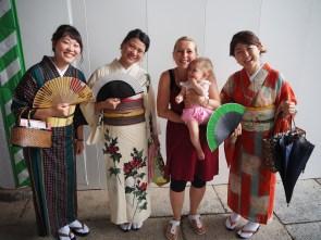 Japonke oblečene v yukato. Tu smo vedrili. :)
