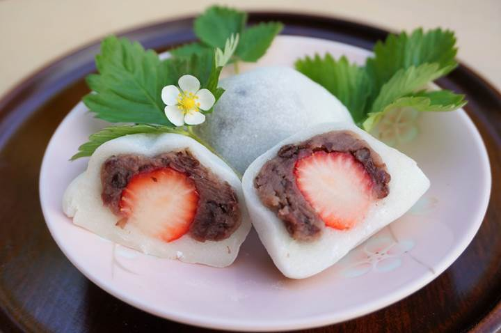 A strawberry and red bean rice cake いちご大福