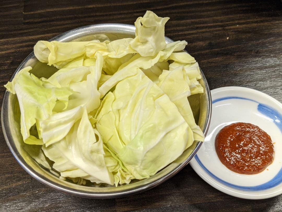 串屋横丁 Kushiya-Yokocho もつ焼き Motsuyaki お通しキャベツ Cabbage with Miso