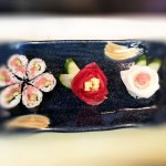 花の巻き寿司と紅白花の刺し身