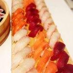 寿司サーモンとマグロと白身