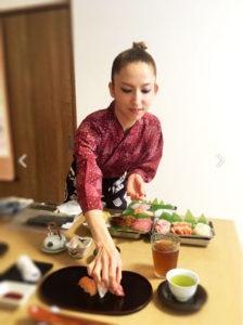 寿司を握って出す