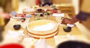 寿司を作るシーン