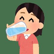 水をゴクゴク飲んでいる女性