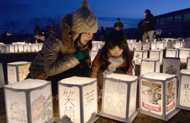 Une mère et sa fille participent à une cérémonie commémorant les disparus du 11 mars