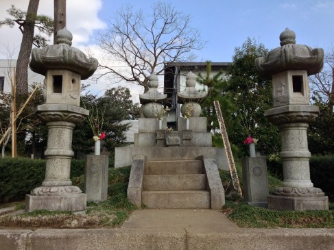 the grave of katsu kaishu and his wife