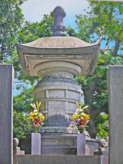 Yoshimune's 2-story pagoda style funerary urn from an old book about Kan'ei-ji.