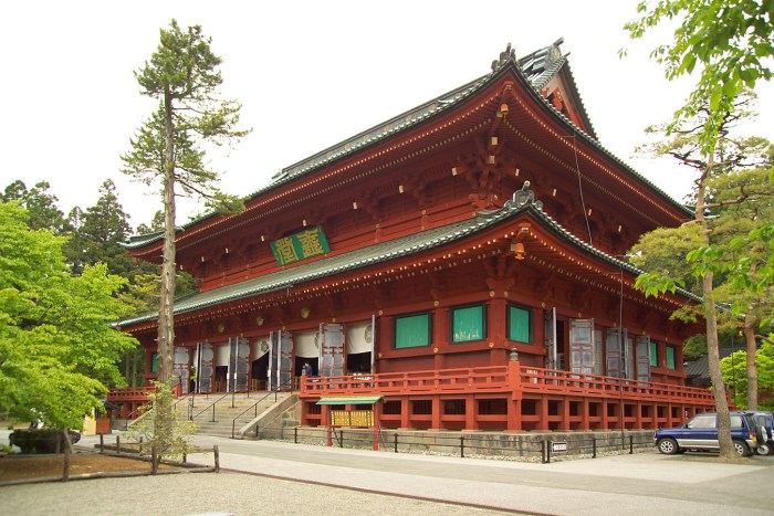 Nikkо̄ Rinnо̄-ji, a Buddhist temple with distinct Shintо̄ attributes.