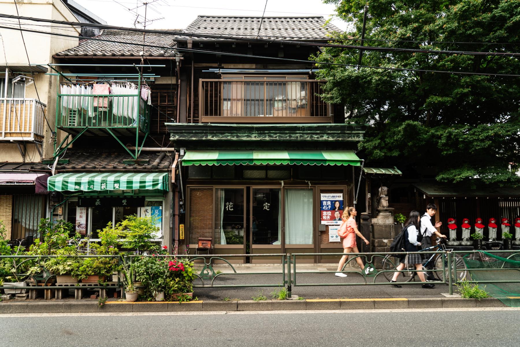tokyo history tour shops at top of donkanyama