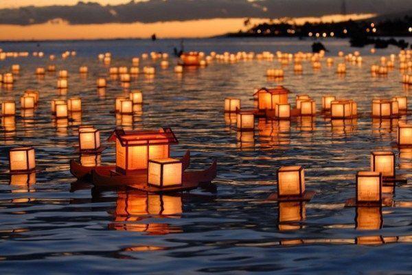 La fiesta del Obon (お盆) en Japón: el ritual toro nagashi de farolillos flotando en el agua