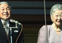 El emperador de japón, Akihito, y su esposa, la emperatriz Michiko, saludando al pueblo desde el balcón del Palacio Imperial el día de 77 cumpleaños