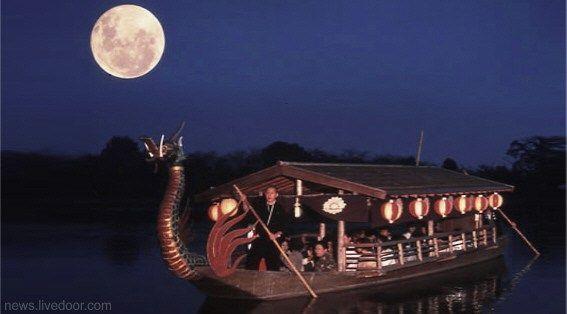 Celebrando el tsukimi en un barco