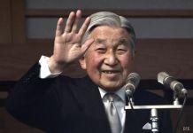 El emperador de Japón, Akihito, saludando al pueblo desde el Palacio Imperial, el día de su cumpleaños.