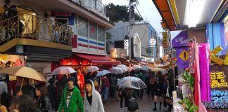 Lloviendo en la calle Takeshita (Tokio). Paraguas transparentes