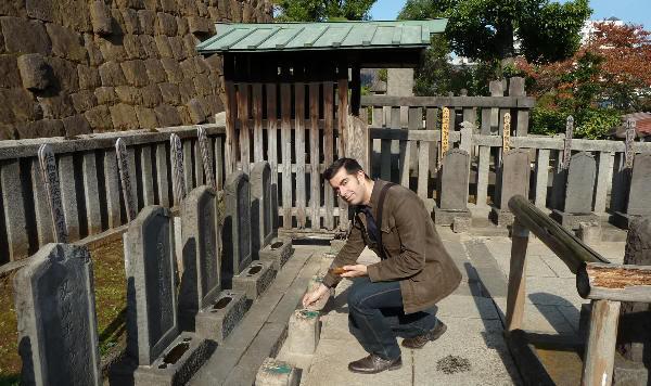 Poniendo incienso en las tumbas de los 47 rōnin (templo Sengaku-ji, Tokio)