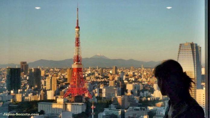 Pilar disfrutando de las vistas desde nuestra habitación en el Park Hotel Tokyo de Shiodome (Tokio, Japón)