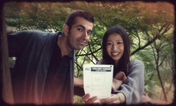 Javi y Ayami rellenando la encuesta del Kanji del Año (noviembre de 2011)
