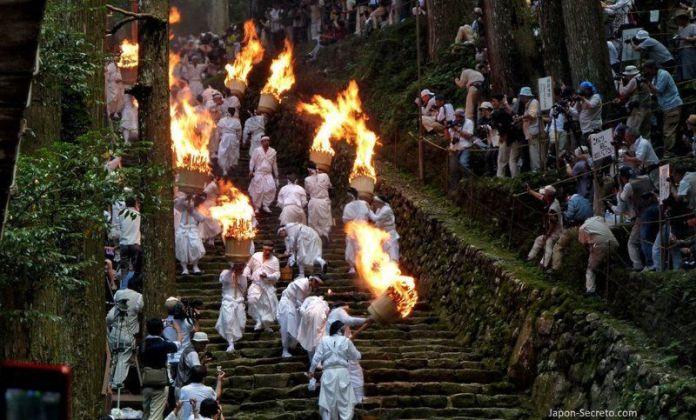 """El Nachi No Ōgi Matsuri (那智の扇祭り) o """"Festival de los Abanicos de Nachi"""", conocido popularmente como Nachi No Hi Matsuri (那智の火祭り, """"Festival del Fuego de Nachi"""")"""
