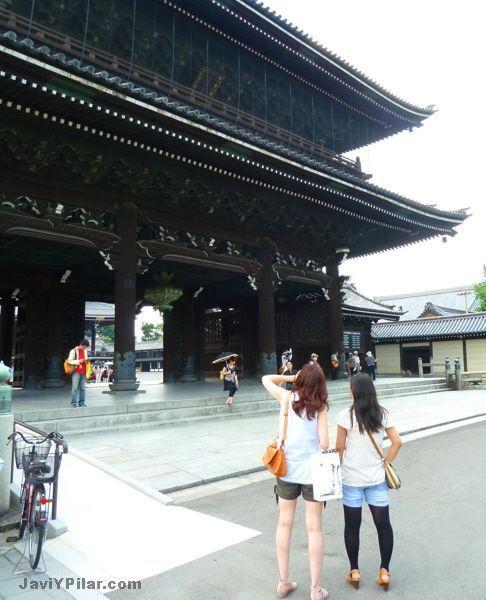 Pilar y Yukari delante del Higashi Honganji (東本願寺). Kioto