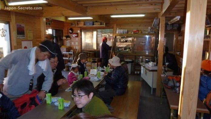 Comiendo algo para reponer fuerzas. Guía para subir al Fuji (japon-secreto.com)