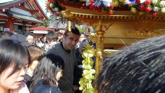 Aquí estoy yo en plena celebración del Hana Matsuri (cumpleaños de Buda), delante del hanamidō, en Sensoji (Asakusa, Tokio)